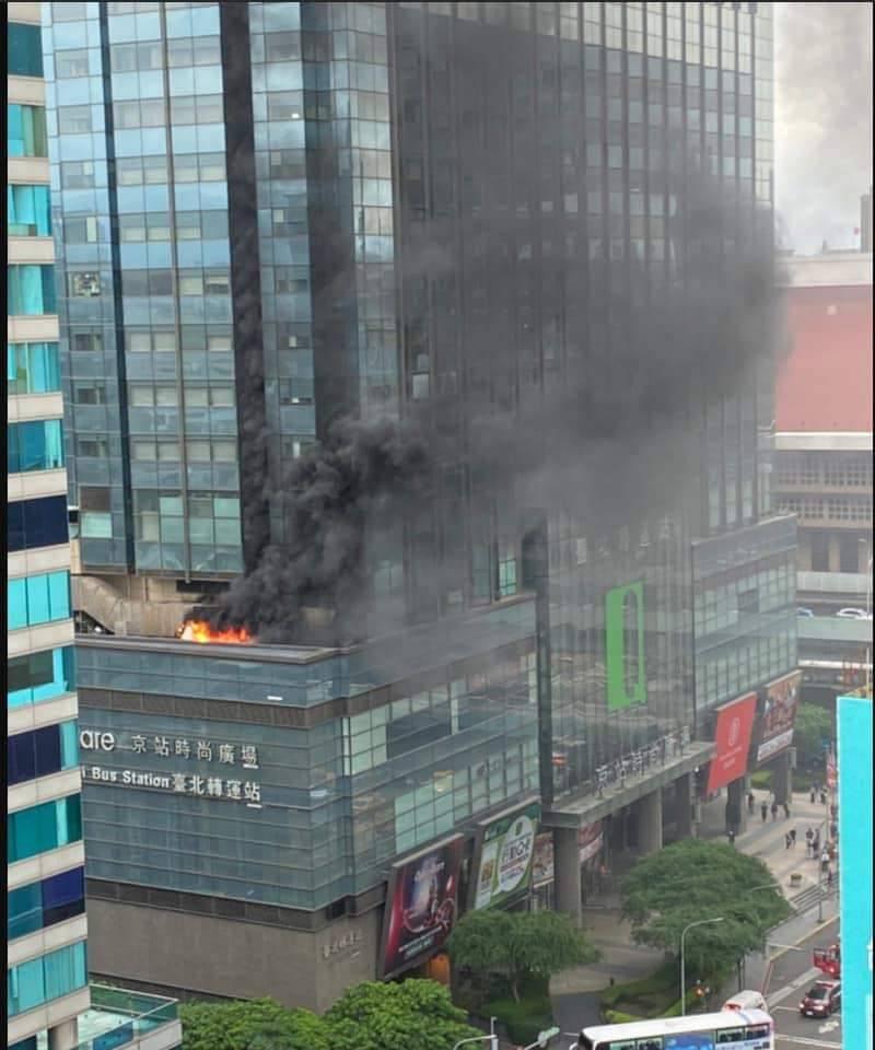 快新聞/京站大樓起火! 黑煙火舌狂竄 源頭疑在五樓機房