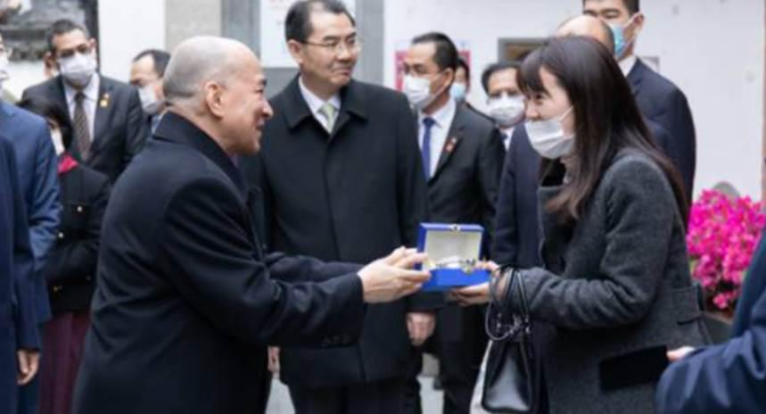 上海90後美女翻譯鮑軼倫 獲柬埔寨國王送紀念品