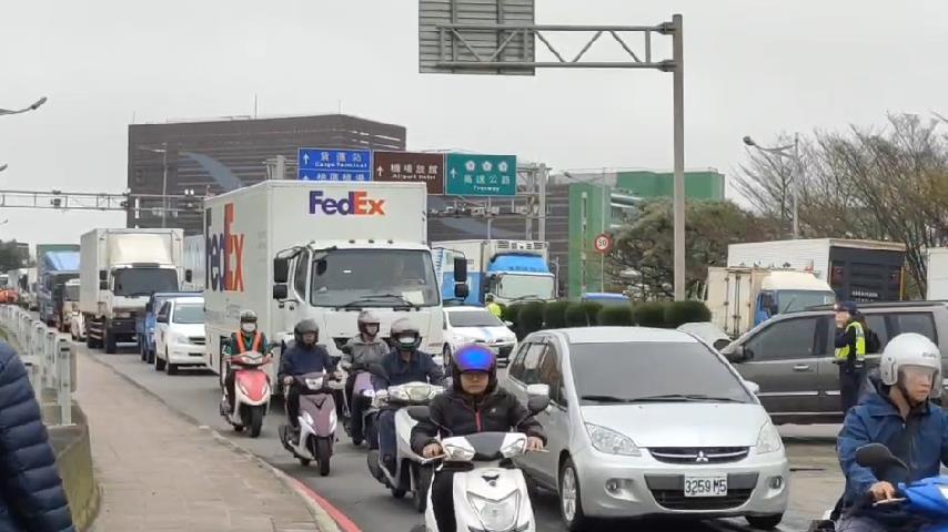 快新聞/交通大打結! 桃機三民路口砂石車衝對向車道釀禍 航警緊急交管