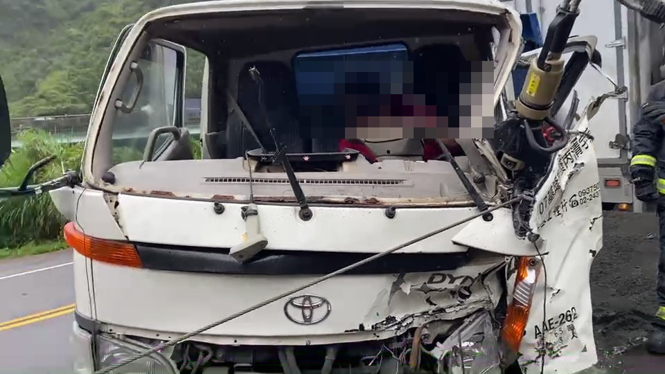 快新聞/基隆暖暖區兩車相撞 砂石車疑違規1人飛出車外