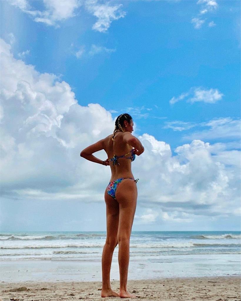 超強基因!超辣星二代曬出「側躺沙灘」照 誘人古銅膚色讓網暴動