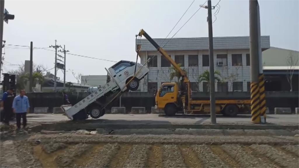 這不是特技是意外!貨車轉彎不慎爬鋼索如「翹孤輪」