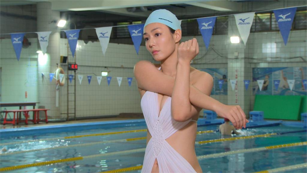 圖多/李又汝穿深V泳裝蹦出好身材 成為泳池焦點