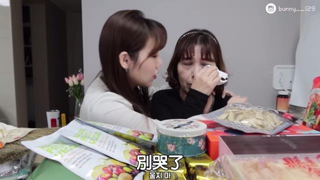 台灣味零食開箱  韓國媽竟大飆淚  女兒驚呼:「炸裂好吃」