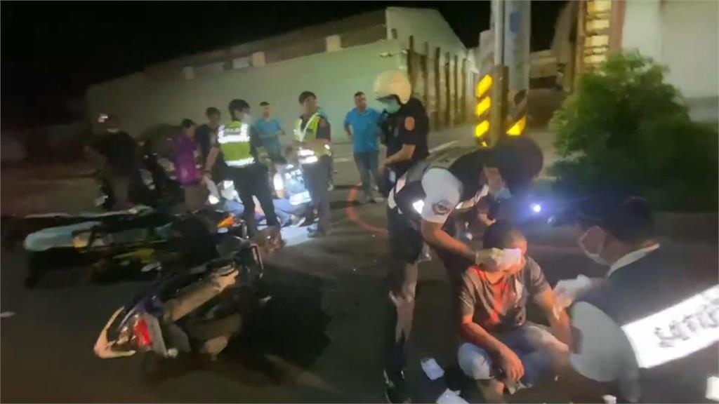 警飛車追逐闖紅燈騎士 雙雙被「它」擊落!雙雙摔得鼻青臉腫