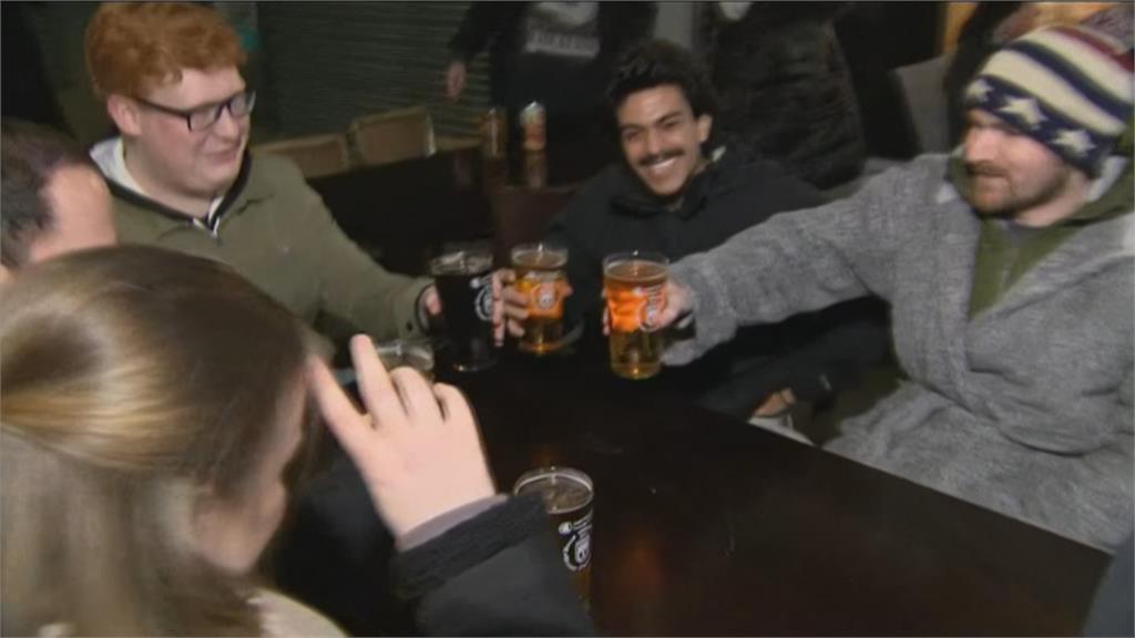 喝起來! 英國第二階段解封 民眾衝酒吧慶祝