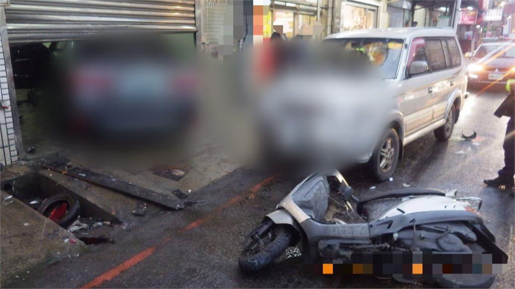 碰!轎車疑煞車失靈撞衝撞6汽機車!機車慘壓車底 3路人無辜遭波及