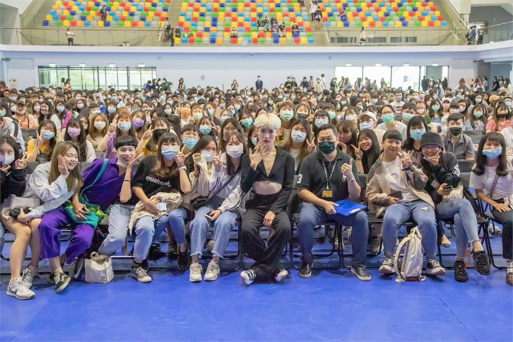 「國際美人」鍾明軒前進校園 回憶遭霸凌過程怒喊:不要跟著道聽途說!