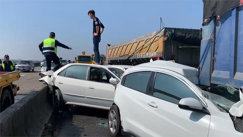 行駛國道遇見車禍 警:駕駛勿刻意減速.停留