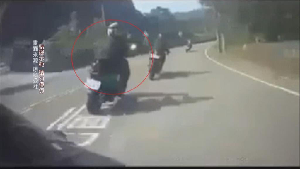 不滿前車急煞逼車 騎士攔車怒揮短棍