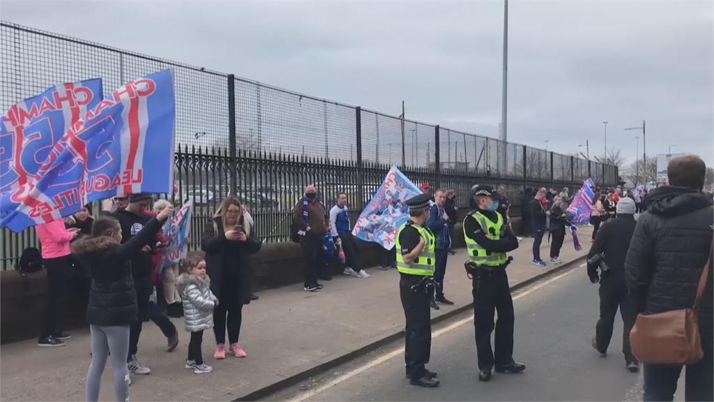 慶祝足球聯賽奪冠不防疫 警逮人強制驅離