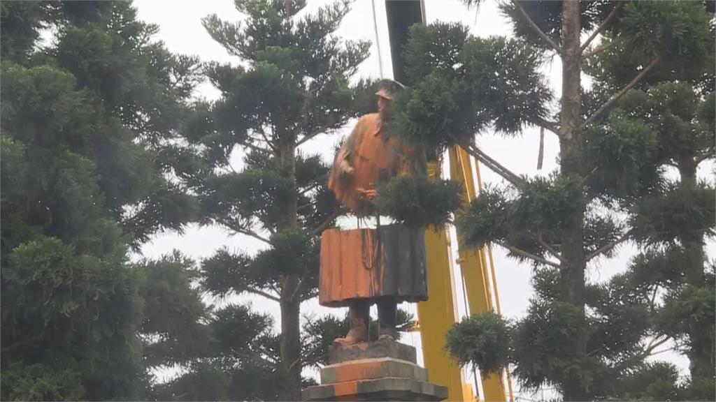 快新聞/獨家影片曝光!拆除基隆車站蔣介石銅像 竟慘遭身首分離