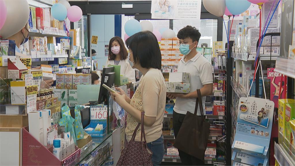 疫情緊張! 各大藥局湧入民眾採買防疫商品
