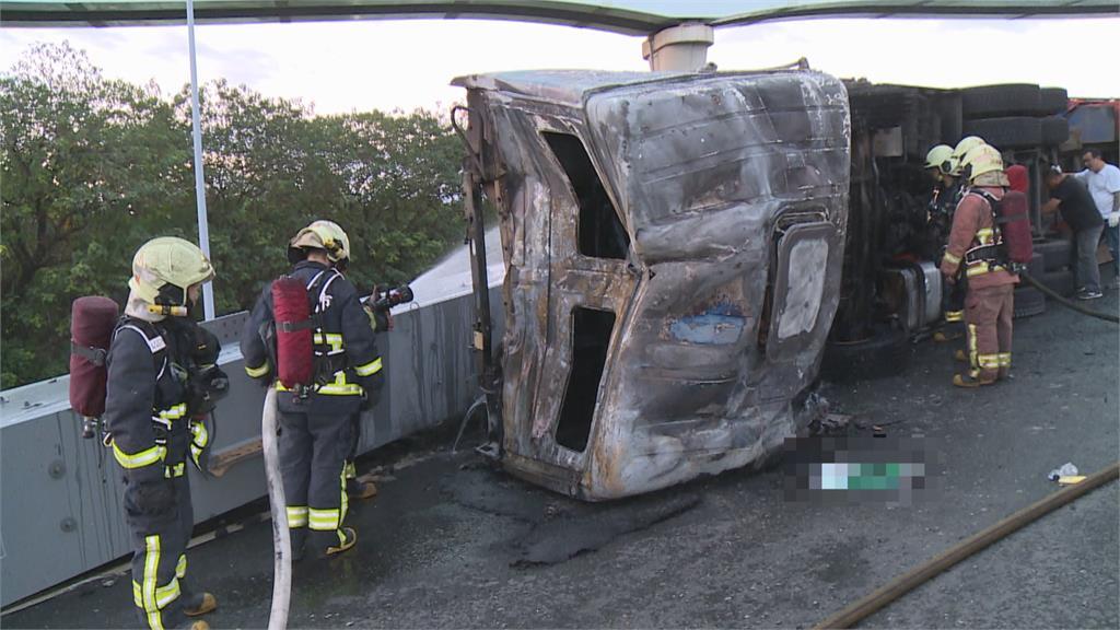 台64五股聯絡道拖板車撞護欄翻!車身燃燒如火球「鋼材占道大塞車」