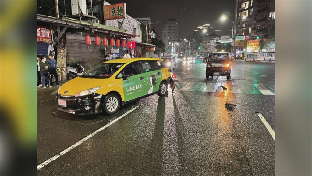 行人闖紅燈過斑馬線 計程車急煞反被追撞