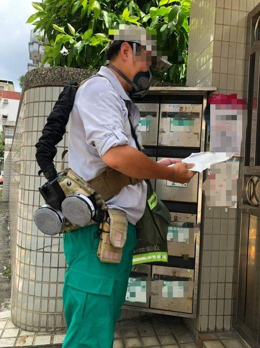 沒疫苗優先權!這郵差「自救」砸3萬買「重裝」防疫 網:軍用品