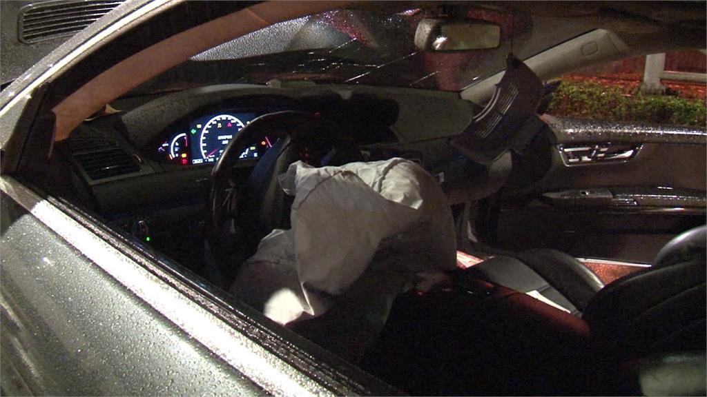 疑邊開車邊滑手機 男子自撞送醫無生命危險