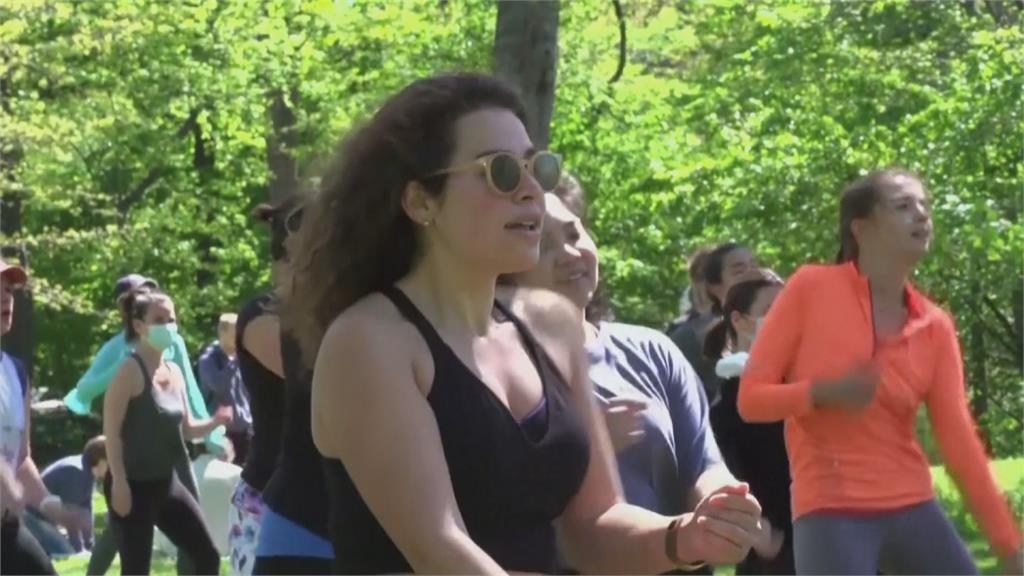 有氧舞蹈老師帶領紐約客 中央公園大跳Zumba 疫情趨緩不線上教學