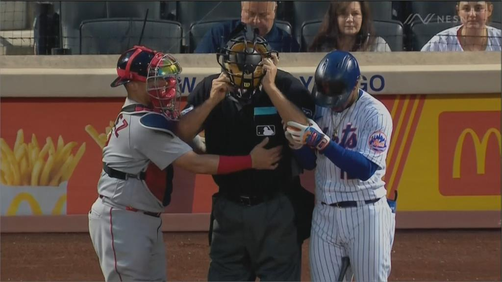 主審挨擦棒球退場 球僮連人帶椅摔觀眾席閃球