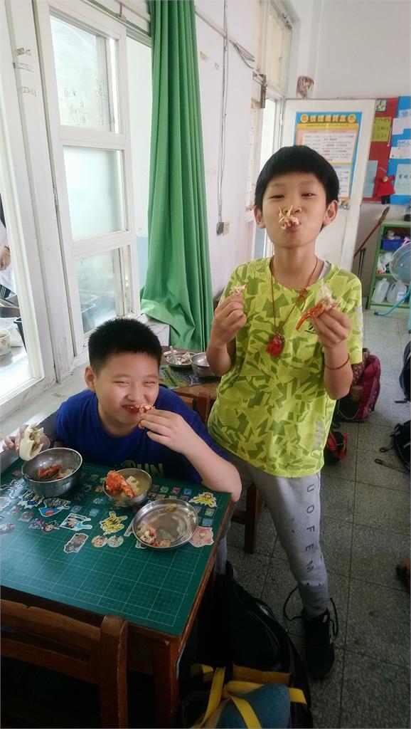 超浮誇!國小營養午餐端出150隻龍蝦 網暴動:想去上課了