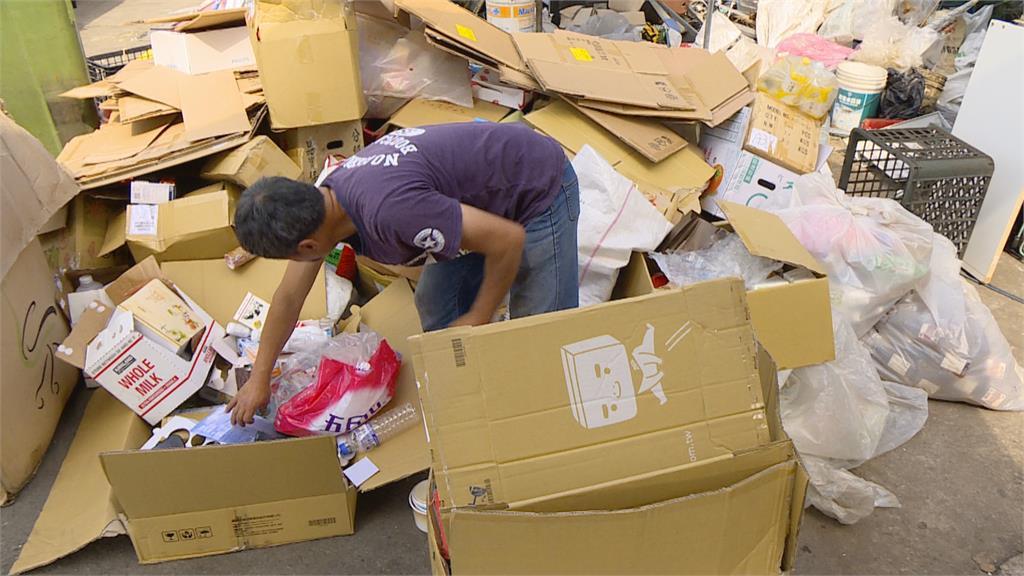 養老鼠咬布袋!總監偷廢紙箱變賣大賺300萬 網:賣破爛都能發財