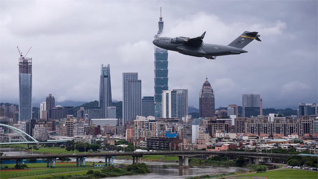 美軍C-17松機起飛畫面超震撼!「巨無霸海豚」超短距離靈活升空全網驚嘆