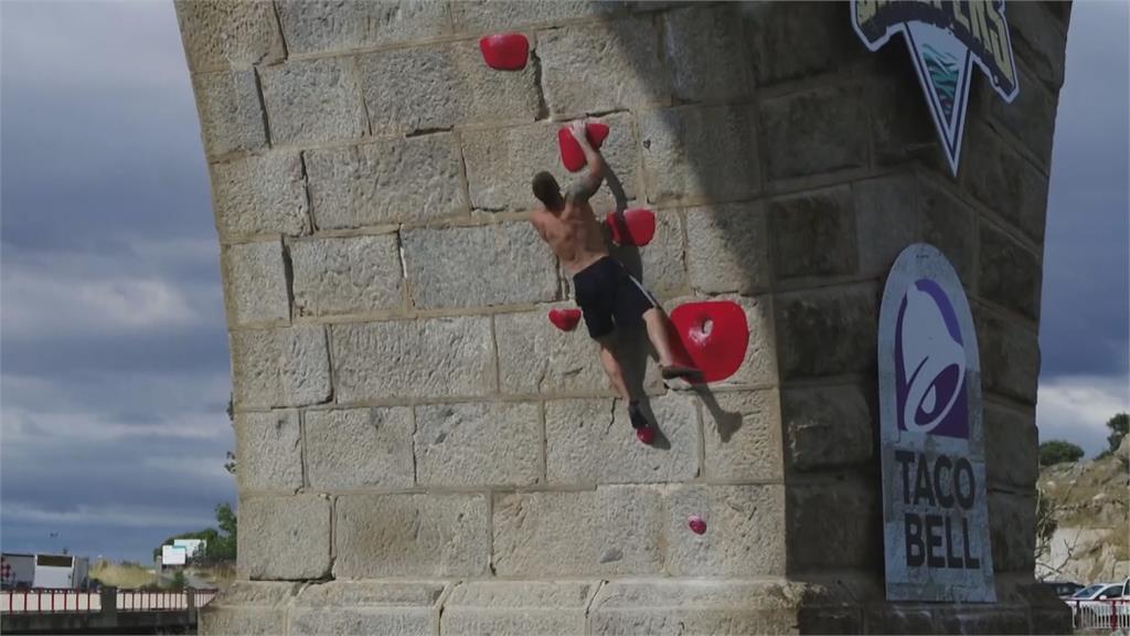 10層樓高石橋上攀岩 紅牛極限運動驚險刺激