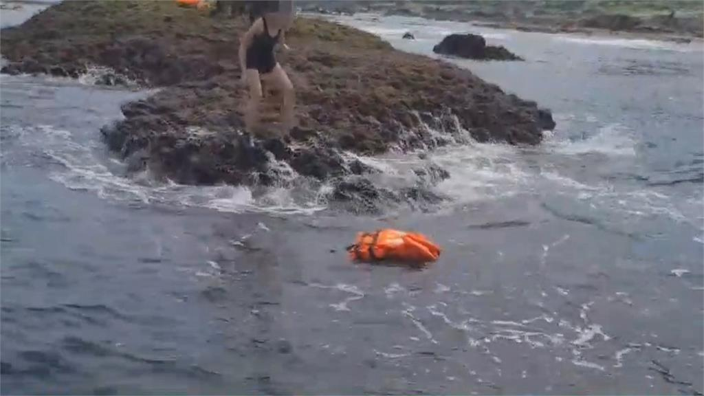 連假海釣突遭浪捲 海巡馳援帶回受傷釣客