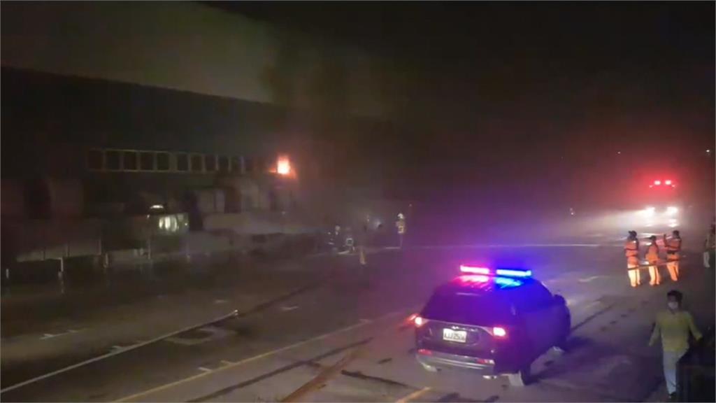 汽車倉儲暗夜大火 3輛全新轎車燒成廢鐵