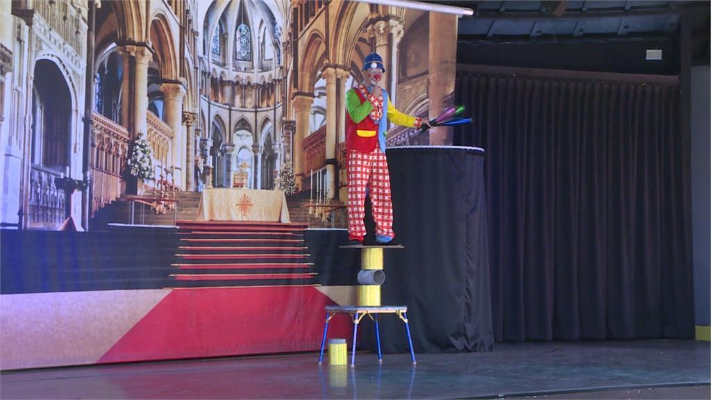 偽出國!度假園區搶客 小丑、魔術師表演吸睛