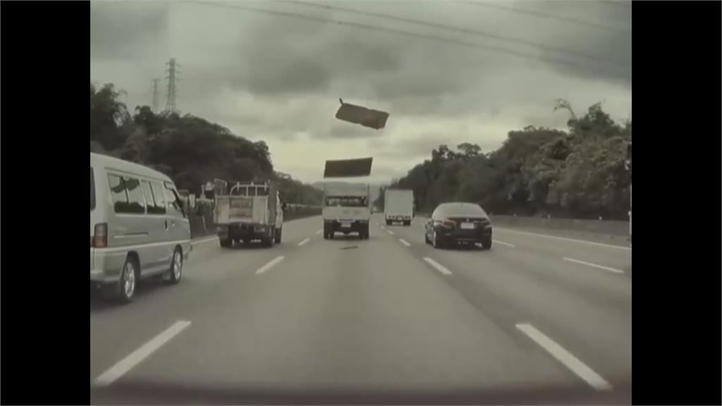 國道驚魂!小貨車飛出木板砸破特斯拉擋風玻璃 碎片噴濺傷及駕駛