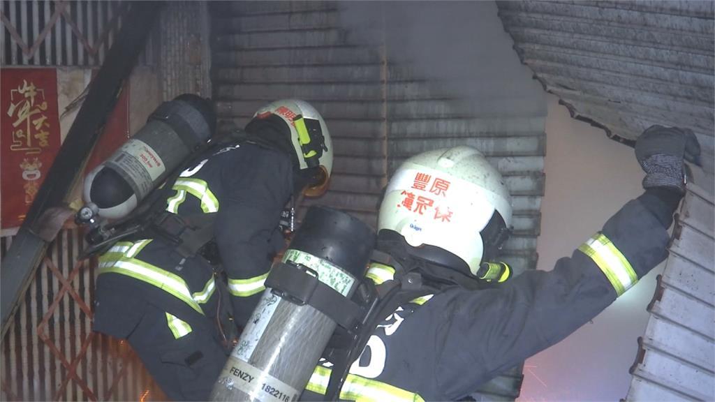 機車行一樓悶燒 濃煙亂竄疏散9人