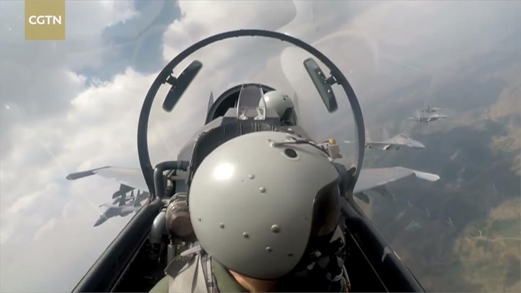 空軍戰技賽「拚細活」 駕怪手切水果、開瓶蓋