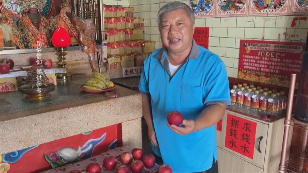 准考證「壓蘋果」 土地公加持 祝每科拿A