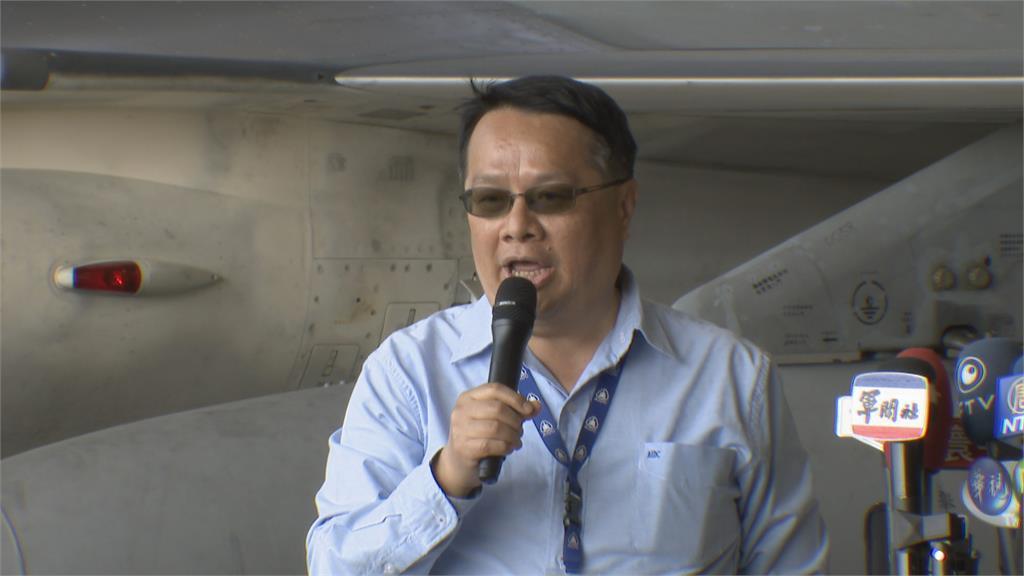為高教機背書 漢翔董事長親自同乘勇鷹機