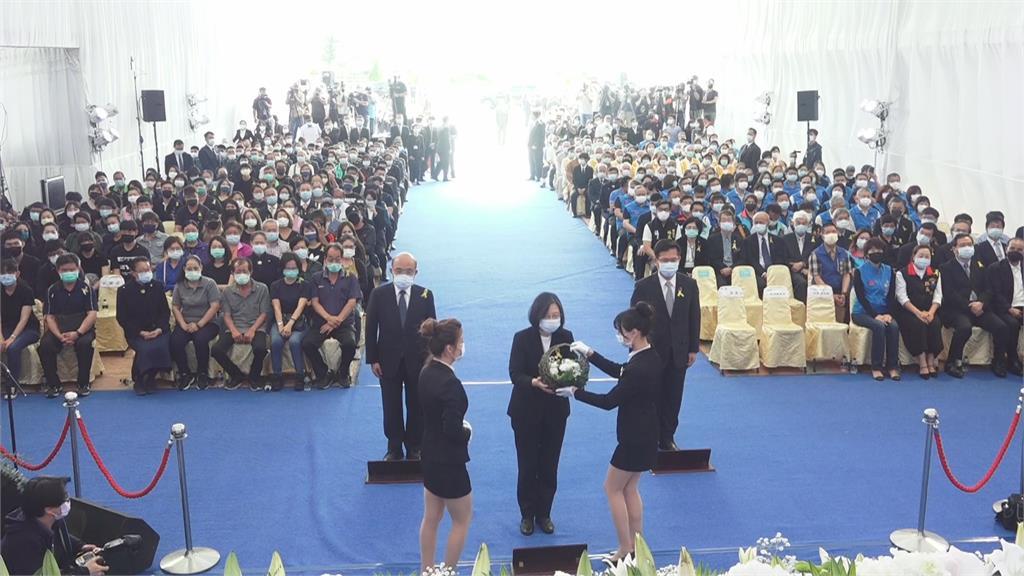 快新聞/台鐵太魯閣事故聯合追思公祭 蔡英文抱罹難著家屬場面哀戚