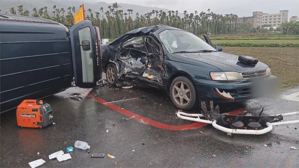 天雨路滑+恐怖撞擊力! 高速衝撞兩車全毀  搶救四傷者