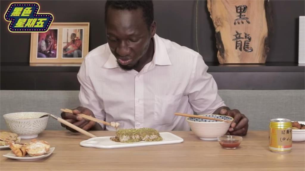 地獄13級臭度!非洲人挑戰臭豆腐崩潰 軟爛口感讓他哭喊:像壞掉的蛋