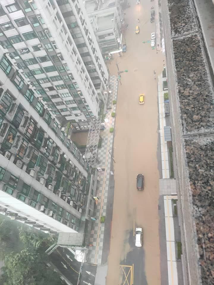 彩雲颱風逼近!大雷雨肆虐北台灣 信義區慘淹成汪洋