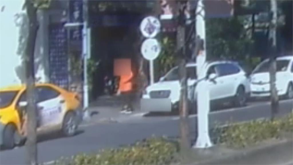 逃亡搶匪拿槍抵著頭!他冷靜勸說歹徒下車 報案逮人