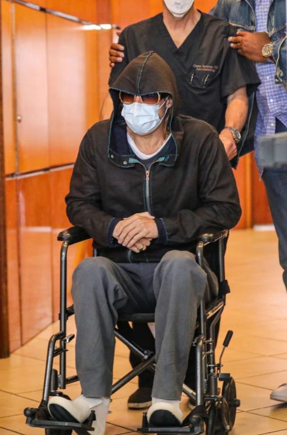 57歲布萊德彼特驚傳「坐輪椅」離開醫院 手術結果曝光!