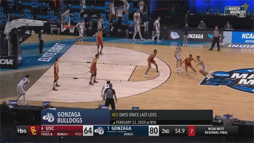 美國大學籃球激戰!  裁判突昏倒嚇壞選手