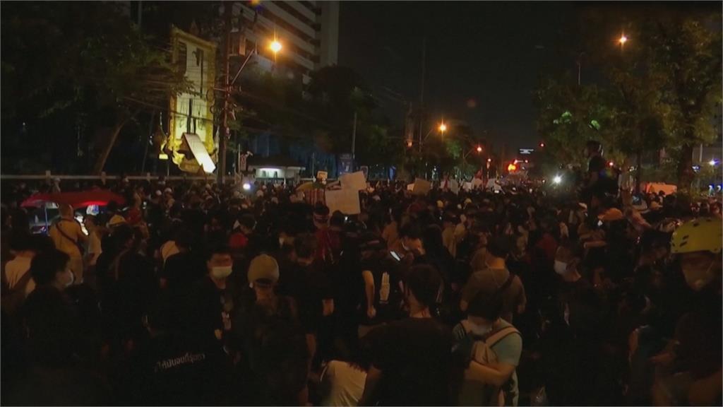 示威者怒燒泰王瓦吉拉隆功照片 要求釋放學運領袖 曼谷街頭大遊行