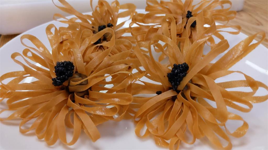 春捲切花外型如花朵 蝦漿吸收黑蒜香甜!