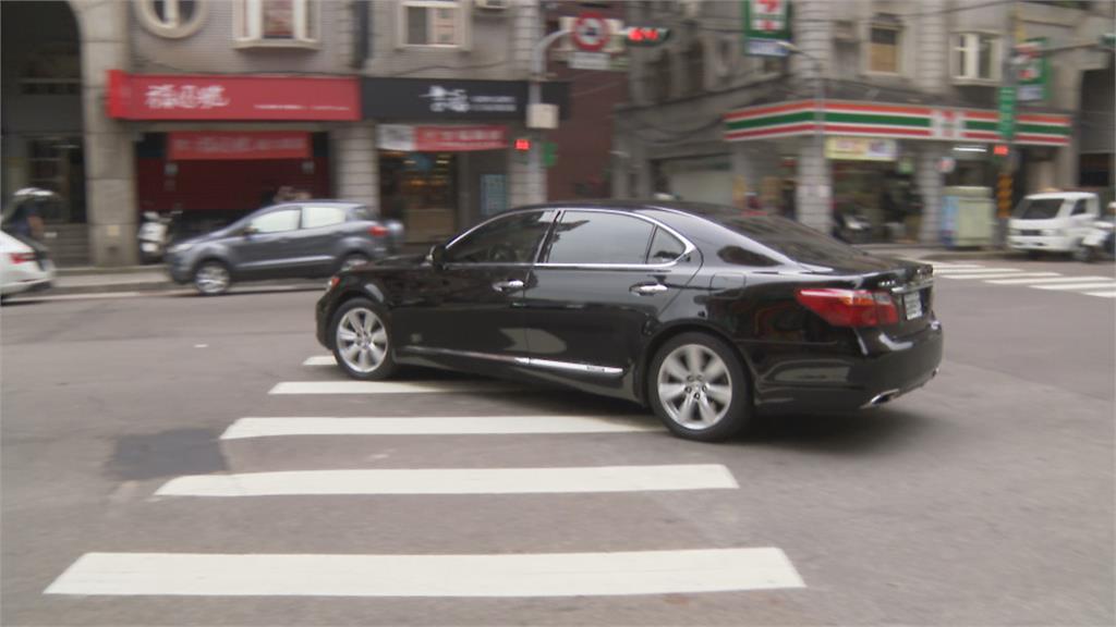 玩命駕駛左轉「未減速」 過馬路女子慘遭撞飛送醫