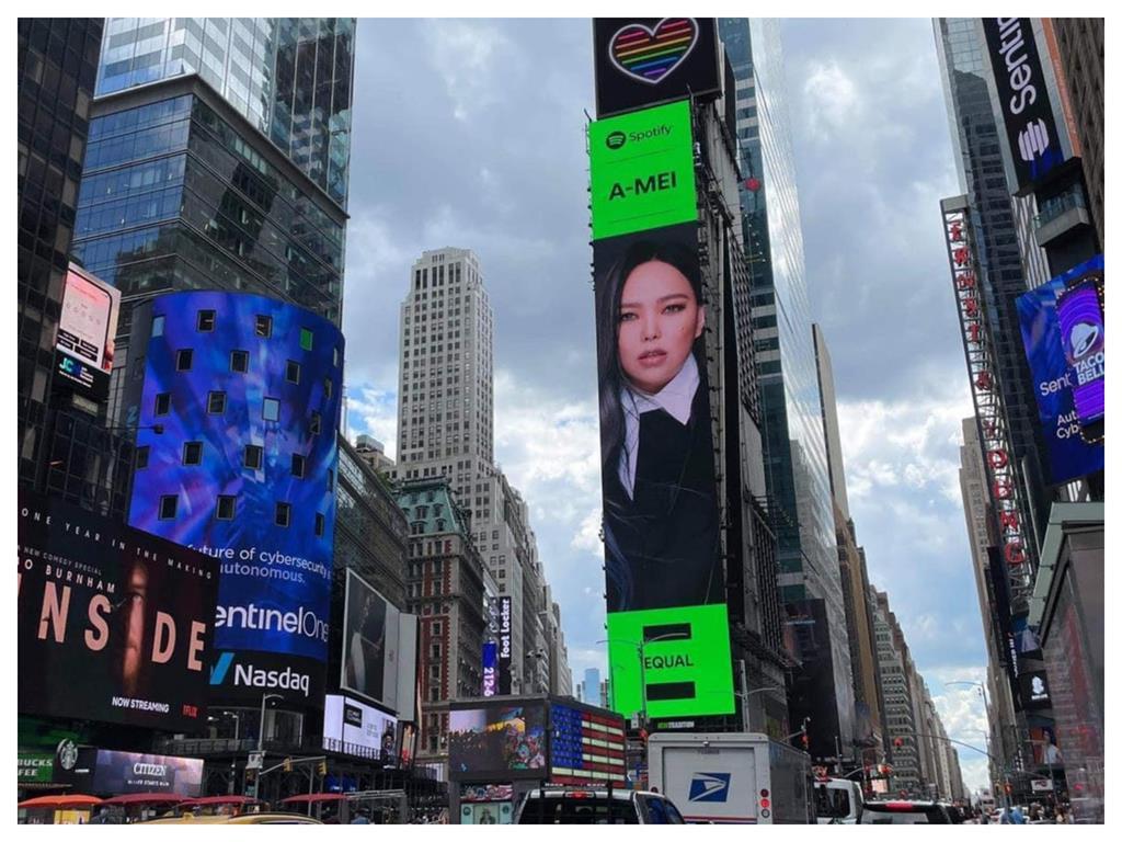 接力張惠妹!金曲歌后莫文蔚登「美國時代廣場」紫髮稱霸LED屏幕