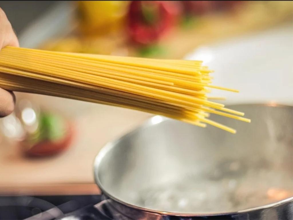 水煮開再下麵錯了?想要麵條口感「嚼勁順滑」 這樣做才是最佳煮法!