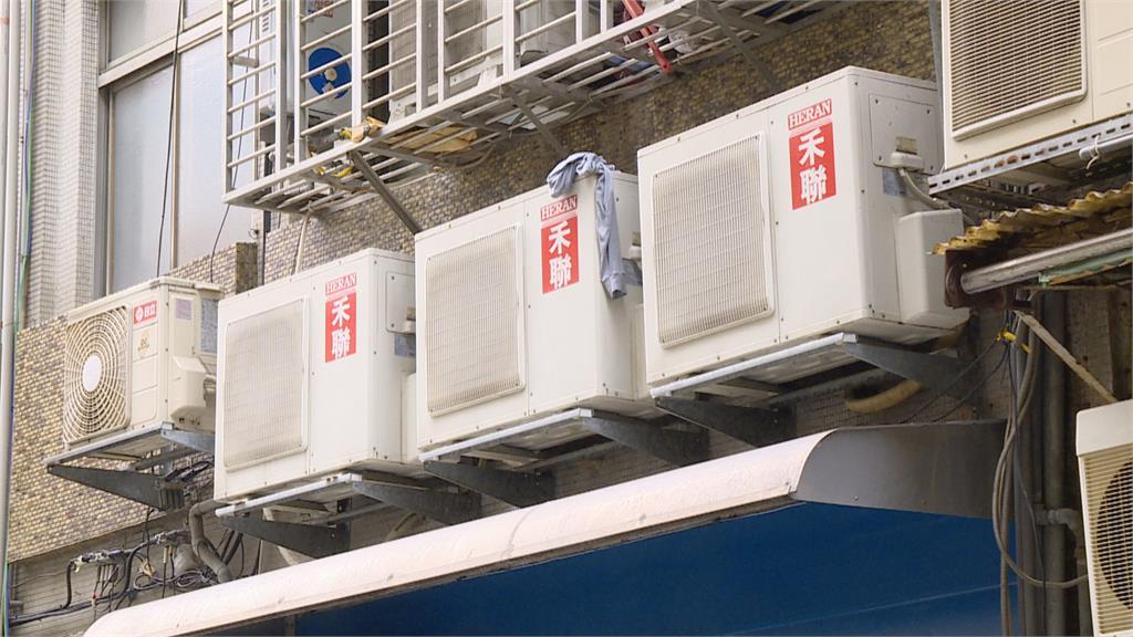 奇景! 公寓外牆竟裝25台冷氣 恐有潛在危機