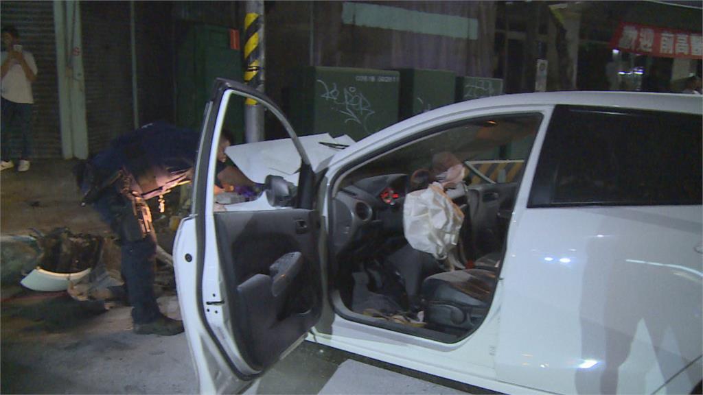 轎車疑搶快猛撞年輕女騎士  圍觀群眾熱心守護傷者