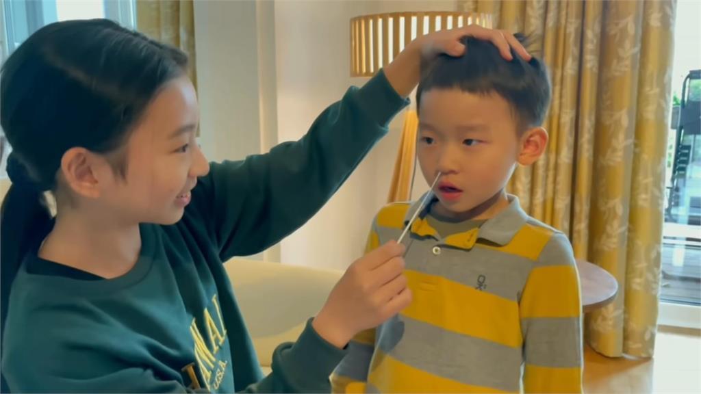 示範片!幼兒園供免費試劑組 住德台男童居家快篩初體驗「狂打噴嚏」